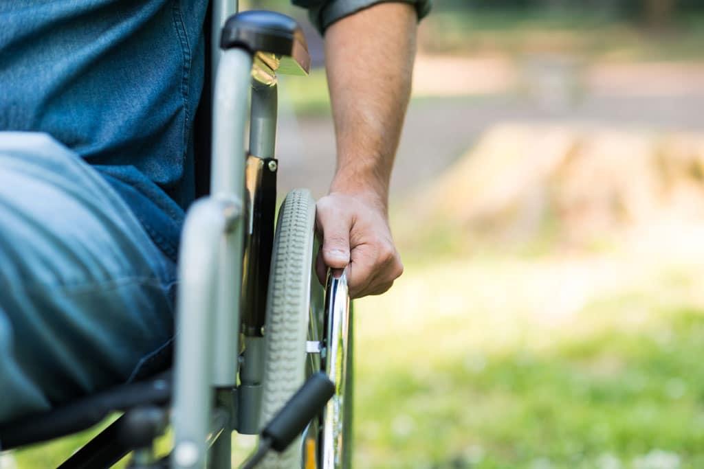 concepto-senor-silla-de-ruedas
