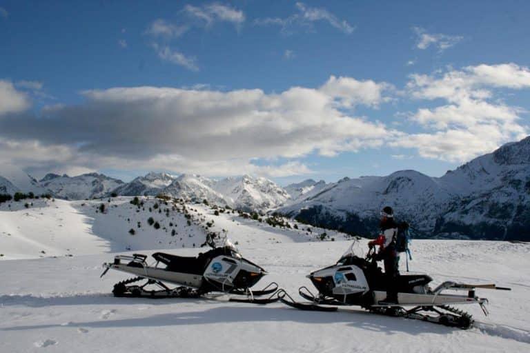 motos-de-nieve-accion-pirineos-2-fotos-en-entorno-de-montañas-nevadas