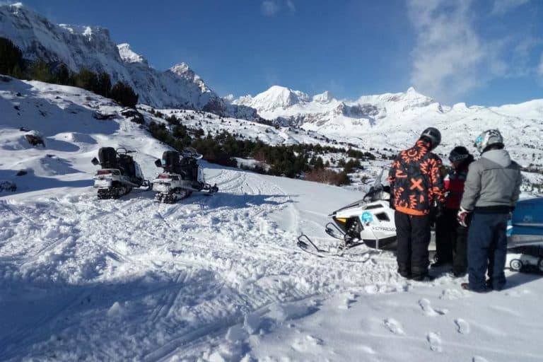 motos-de-nieve-accion-pirineos-amigos-difrutando-del-paisaje-invernal