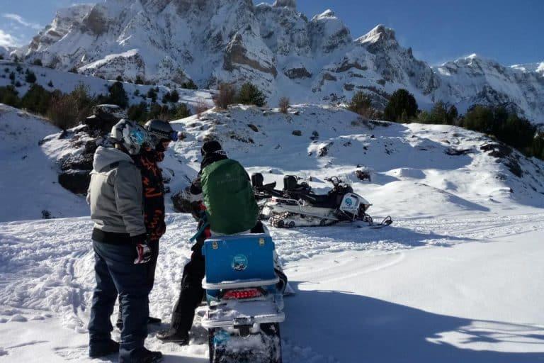 motos-de-nieve-accion-pirineos-amigos-en-paisaje-nevado