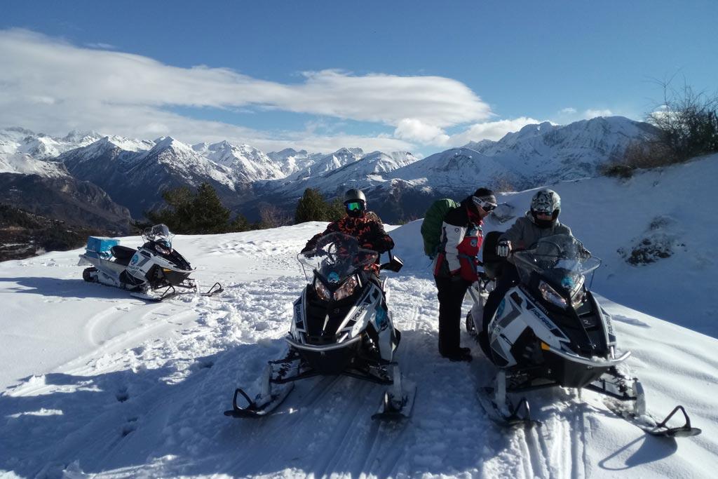 motos-de-nieve-accion-pirineos-amigos-montañas