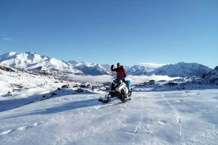 motos-de-nieve-accion-pirineos-con-motorista-en-montañas-blancas