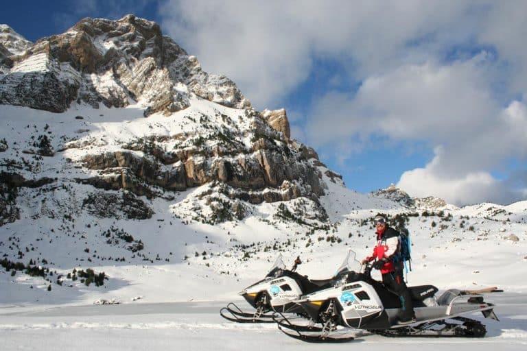 motos-de-nieve-accion-pirineos-deportista-con-chaqueta-roja-en-moto-de-nieve