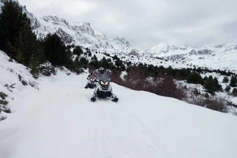 motos-de-nieve-accion-pirineos-dos-motoristas