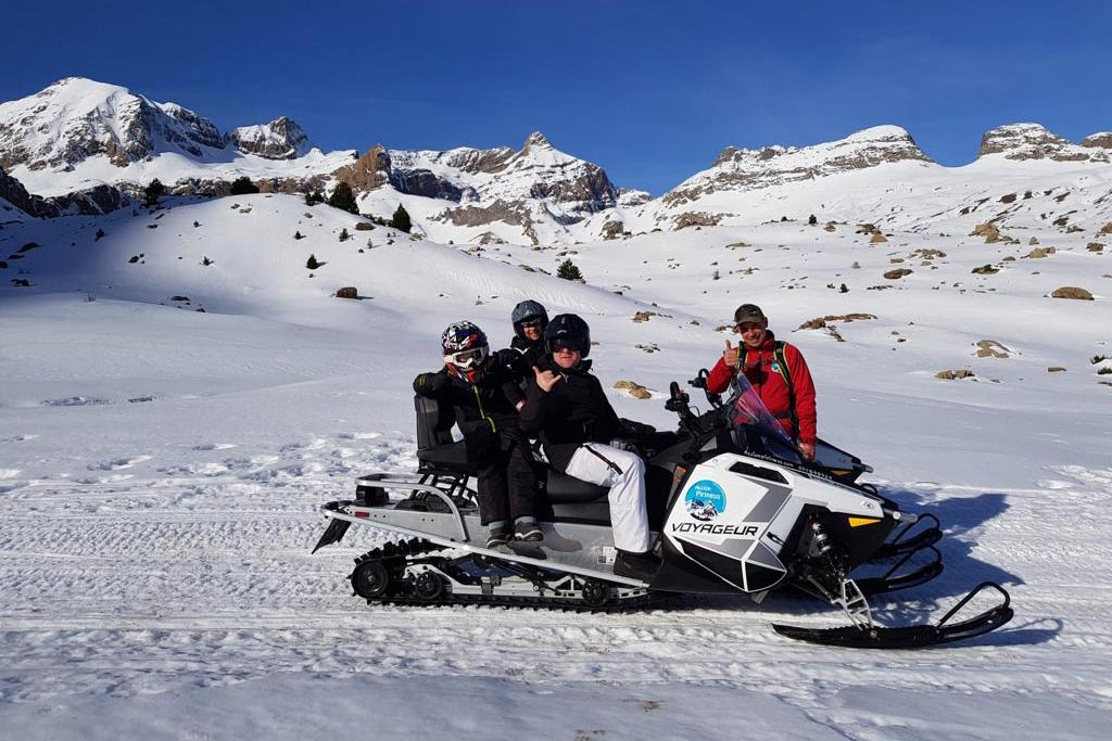 motos-de-nieve-accion-pirineos-familia-feliz-en-moto-de-nieve