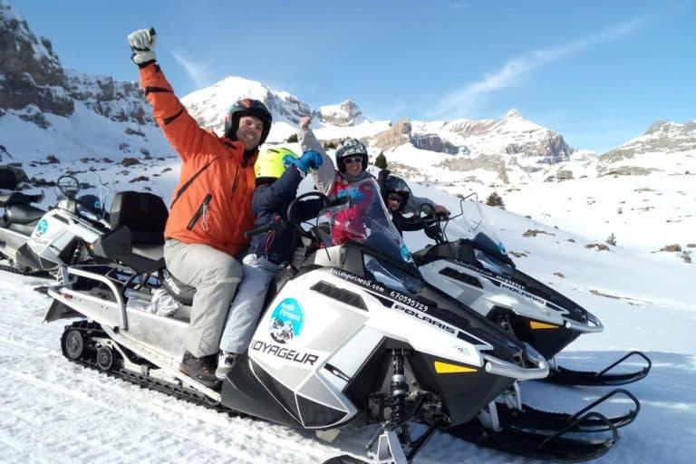 motos-de-nieve-accion-pirineos-familia-paisaje-nevado