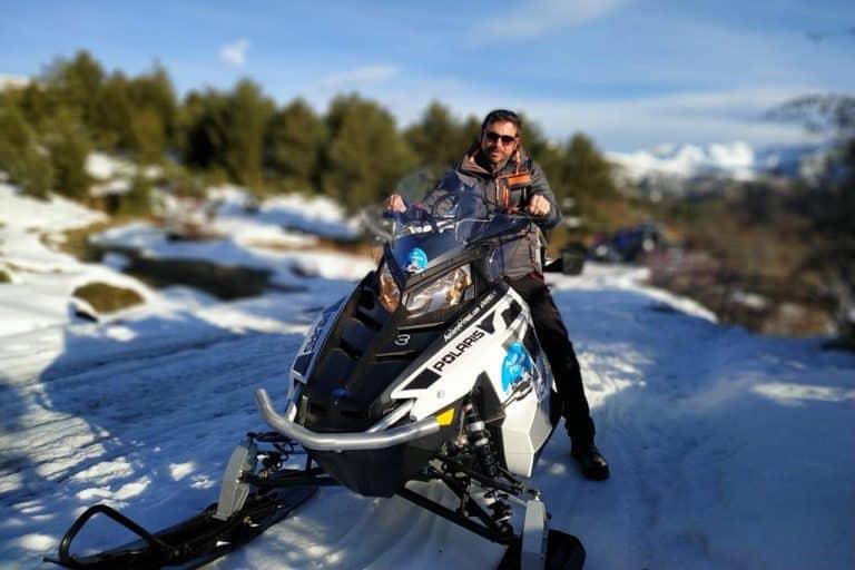 motos-de-nieve-accion-pirineos-hombre-en-moto