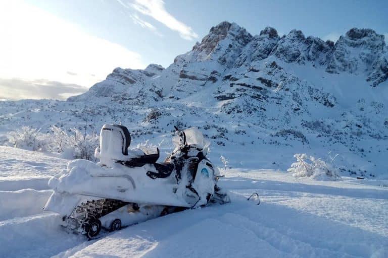 motos-de-nieve-accion-pirineos-montañas-nevadas-y-moto