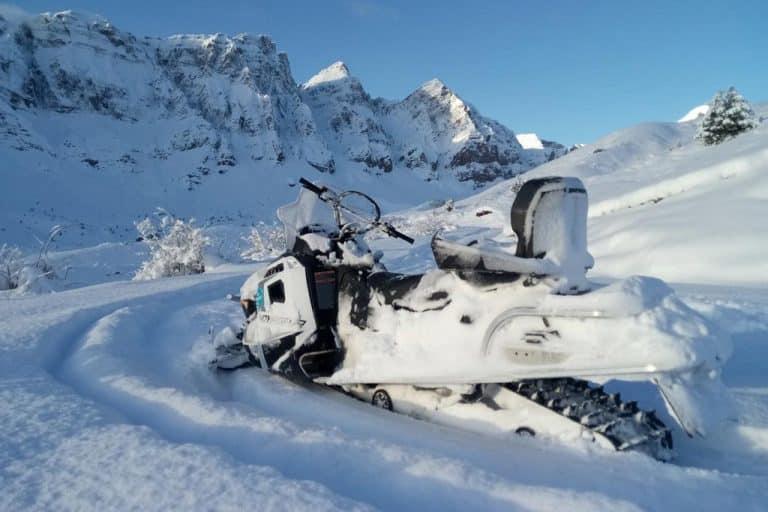 motos-de-nieve-accion-pirineos-moto-en-paisaje-invernal