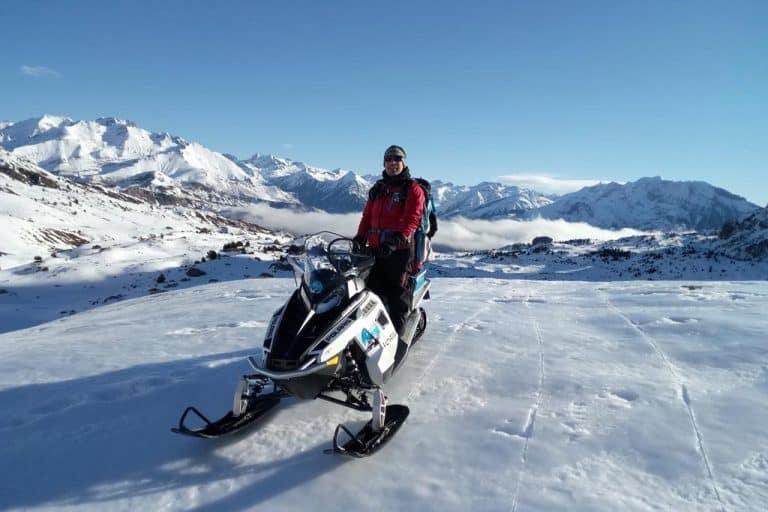 motos-de-nieve-accion-pirineos-motoristas-con-montañas-blancas-de-fondo