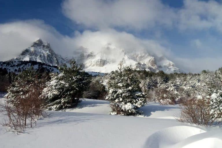 motos-de-nieve-accion-pirineos-paisaje-helado-y-frio