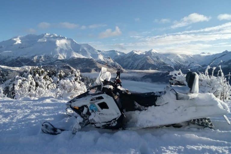 motos-de-nieve-accion-pirineos-paisaje-nevado