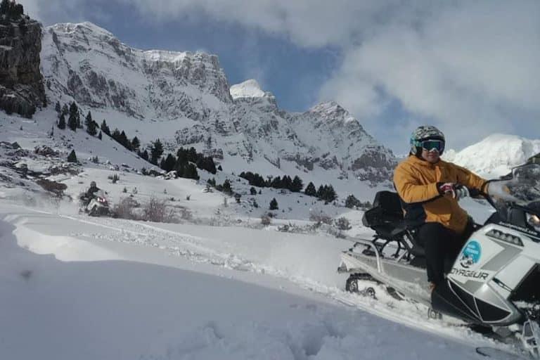 motos-de-nieve-accion-pirineos-paisaje-nevado-con-motorista