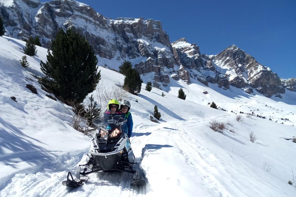 motos-de-nieve-accion-pirineos-pareja-en-moto