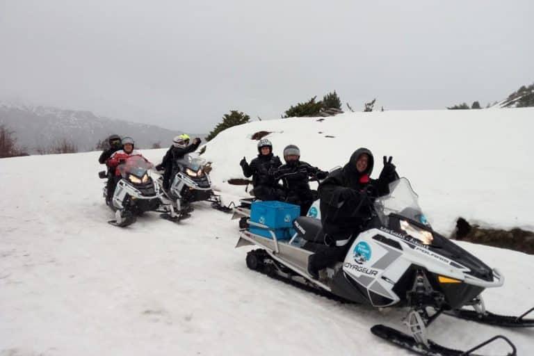 motos-de-nieve-accion-pirineos-tres-parejas-de-moteros