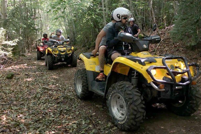 amigos-conduciendo-quads-amarillos-y-rojos-en-valle-de-tena