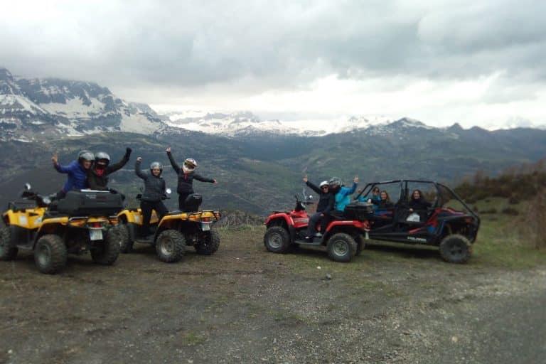 amigos-divirtiendose-montañas-blancas-buggie-rojo-quads-amarillos-accion-pirineos