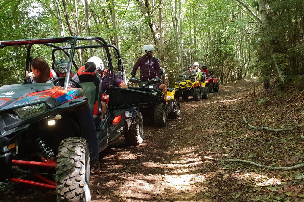 amigos-y-familias-conduciendo-quads-y-buggies-en-el-valle-de-tena