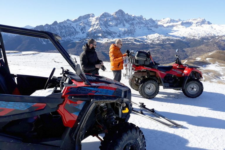 dos-amigos-en-valle-de-tena-con-gafas-de-sol-en-montana-nevada