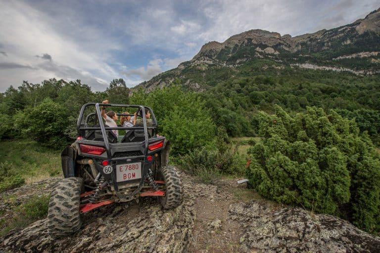 familia-en-buggie-excursion-guiada-1-hora-a-valle-de-tena-huesca-accion-pirineos