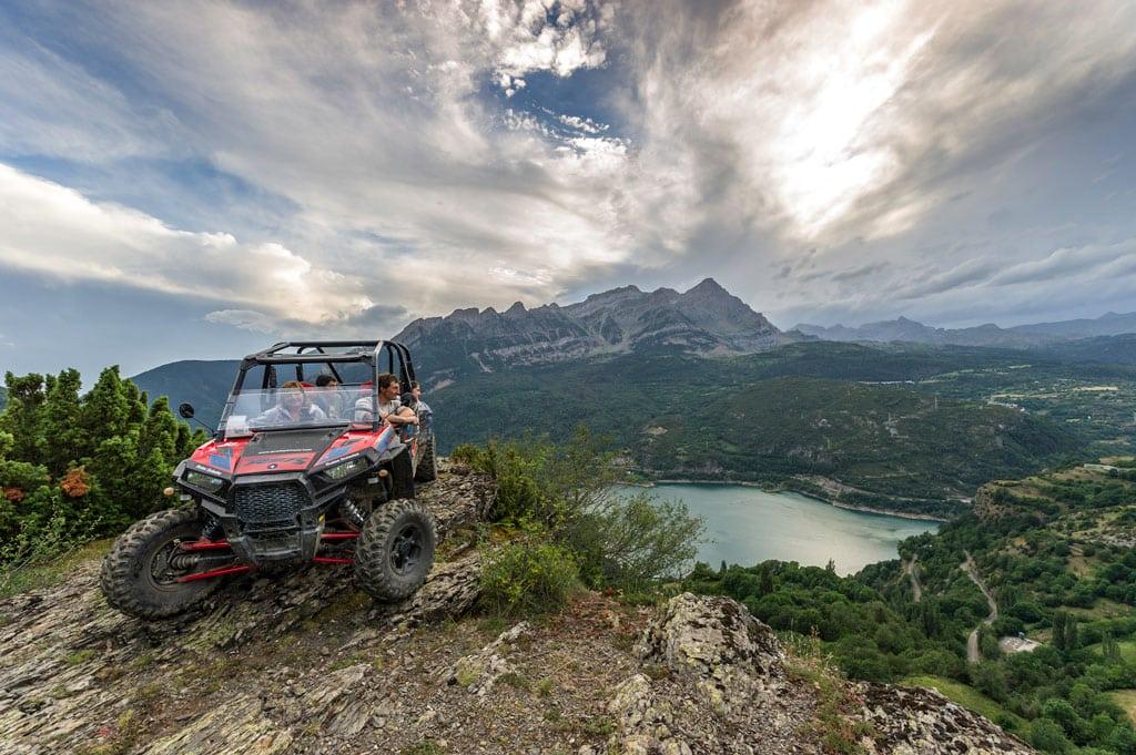 familia-en-buggie-viendo-el-lago-excursion-guiada-1-hora-a-valle-de-tena-huesca-accion-pirineos