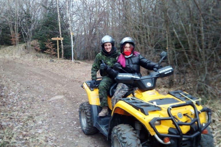 novios-pareja-en-valle-de-tena-conduciendo-quad-amarillo