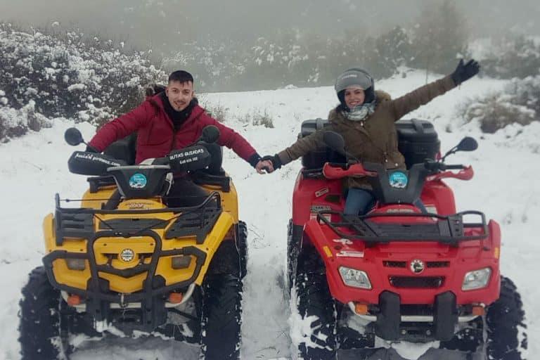 pareja-feliz-conduciendo-quads-en-el-valle-de-tena-nevado
